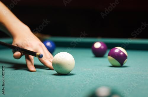 Staande foto man playing billiard