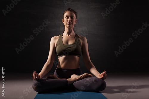 Poster Ältere Frau praktizieren Yoga auf dem Boden
