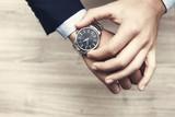 mano di uomo con al polso orologio, con camicia e giacca elegante per lavoro  - 95180784