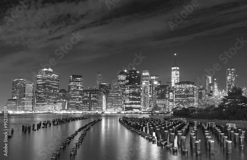 czarny-i-bialy-fotografia-manhattan-nabrzeze-przy-noca-nyc-usa