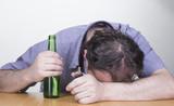 Hombre con problema de adicción al alcohol - entregando la llaves.