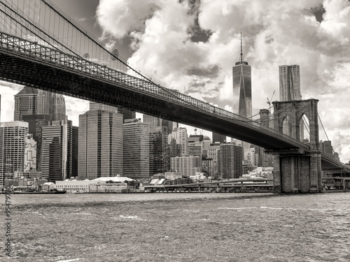 The Brooklyn Bridge and the downtown Manhattan skyline in New Yo - 95479780