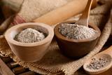 farina di grano saraceno nelle ciotole di legno