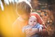 Постер, плакат: Papa kuschelt mit seinem Baby