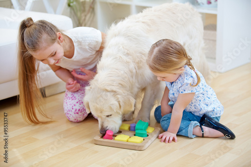 kinder spielen mit hund als haustier imagens e fotos de. Black Bedroom Furniture Sets. Home Design Ideas
