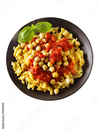 Foto: Vegetarian Pasta with Tomato sauce and Chickpeas. Isolated on w