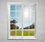 Nowoczesne mieszkalnych okna i drzew i niebo za