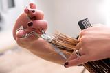 Fryzjer przycinanie końcówek na włosach