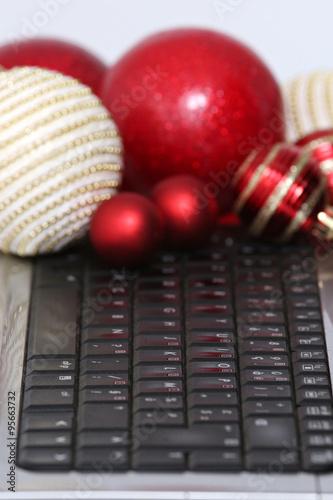 clavier d 39 ordinateur portable et boules de no l rouge et blanche en arri re plan stock photo. Black Bedroom Furniture Sets. Home Design Ideas