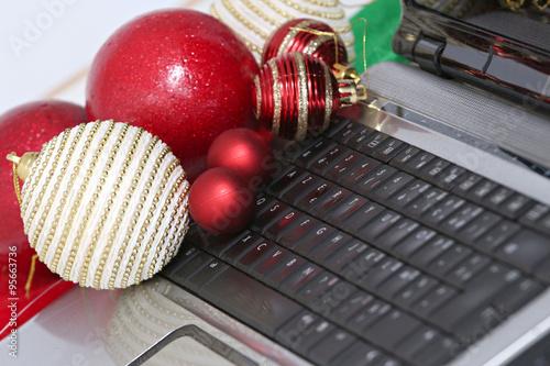 Clavier d 39 ordinateur portable et boules de no l rouge et - Boule de noel rouge et blanche ...
