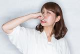鼻をつまむ女性 - 95781925
