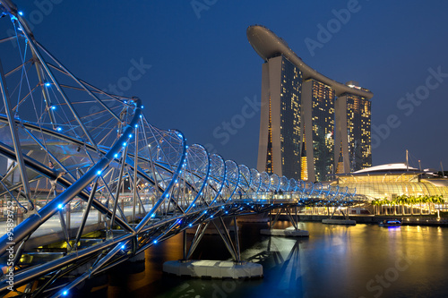 Singapur Singapore Marina Bay Helix Bridge City Skyline bei Nach