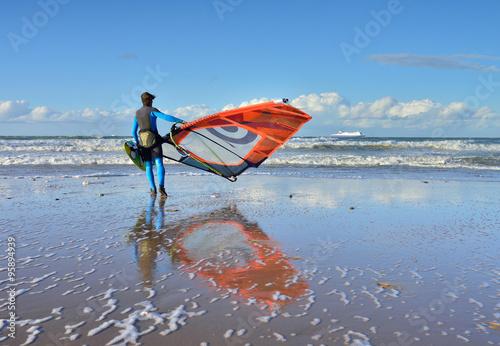 obraz lub plakat windsurfeur se mettant à l'eau
