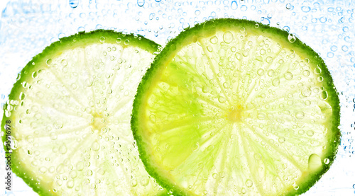 Obraz na Szkle lime with bubbles isolated on white