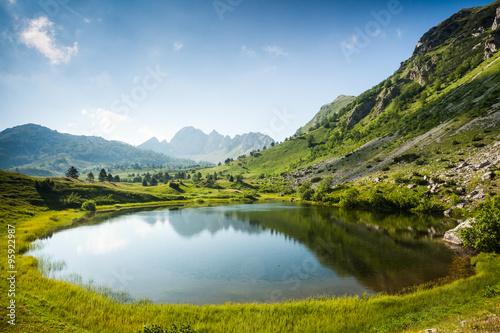 gorskie-jezioro-w-okresie-letnim