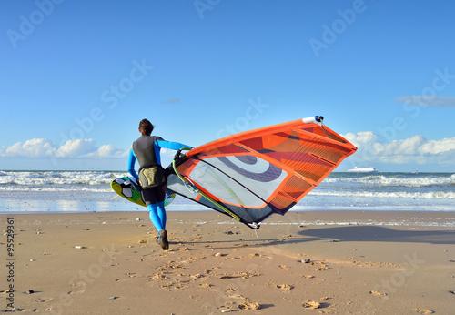 obraz lub plakat surfeur se mettant à l'eau