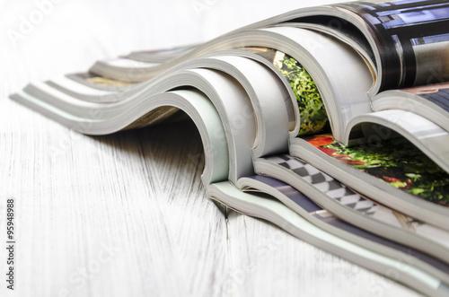 Pile de magazines sur fond en bois blanc Poster