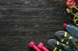 Detaily fotografie sport fitness items on dark wooden background