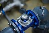 Großer Wasserzähler an Rohrleitung - 96027539