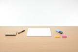 Papeles y objetos en la mesa de trabajo en la oficina