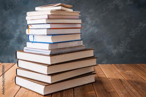 読書 たくさんの本が積み重なっている様子 Poster