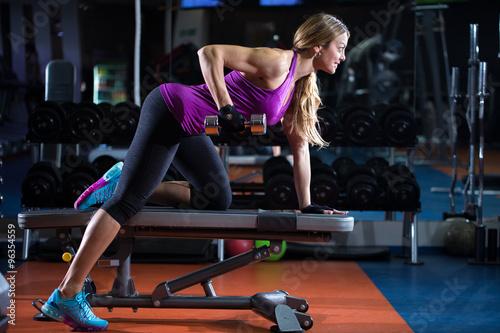 dziewczyna-cwiczenia-triceps-w-silowni