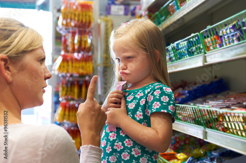 Fotografiet Child Having Arguement With Mother At Candy Counter