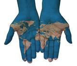 Mani con planisfero, cartina del mondo disegnata. Il mondo in mano - 96385131