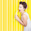 Detaily fotografie Retro pinup girl eating banana in 1950s fashion