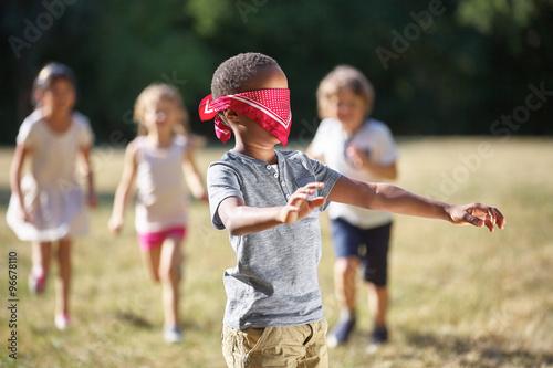 Plakat obraz gruppe kinder spielt blinde kuh kup na