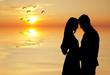 enamorados abrazados en el atardecer