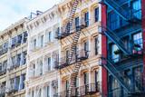 Wohnhaus in Soho, Manhattan, NYC, mit typischer Feuerleiter - 96717328