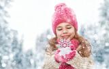 Fototapety girl playing on a winter walk