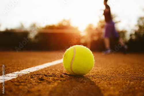 Poster Silhouette of player on a tennis court
