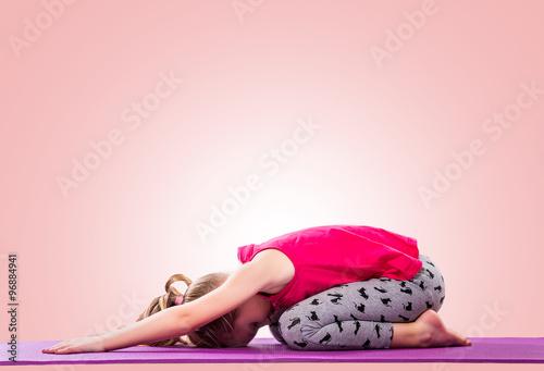 Plakat Dziewczynka siedzi w jogi na kolorowym tle.