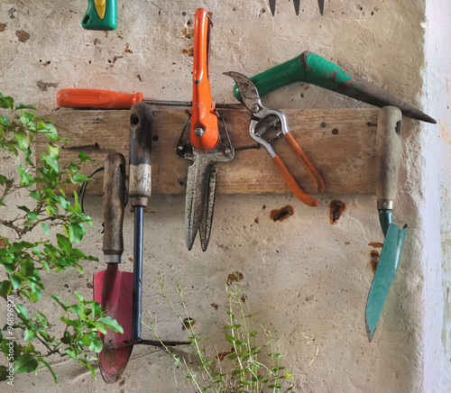 Diff rents outils de jardinage accroch s au mur d 39 une remise stock photo and royalty free for Photos outils de jardinage