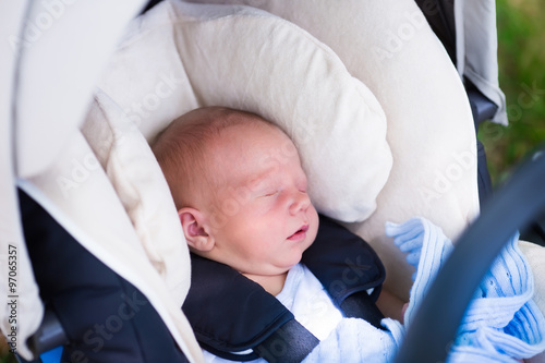 Poster Newborn baby boy sleeping in car seat