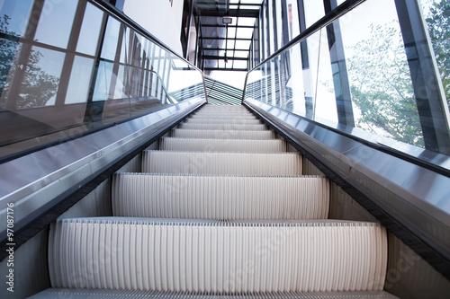 In de dag escalator in modern office building