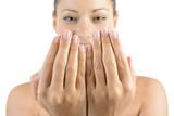Frau bei Handpflege und Nagelpflege oder Maniküre
