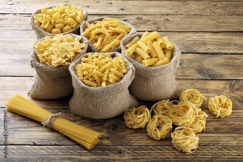 Poster, Tablou pasta italiana grezza sfondo legno rustico