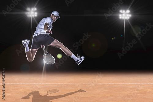 Le joueur de tennis pour atteindre le ballon dur
