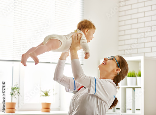doctor examining a baby Lerretsbilde