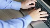 mani di uomo business che scrivono sulla tastiera di un notebook