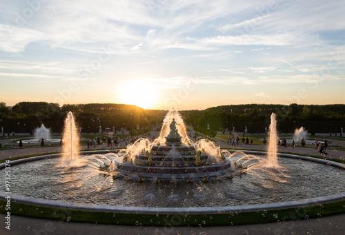 Coucher de soleil sur la fontaine du Jardin de Versailles