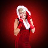 attraktive lächelnde Miss Santa