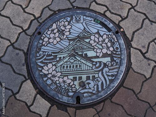 In de dag Tunnel Manhole drain cover on the street at Osaka, Japan.