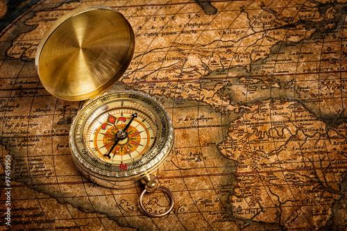 starego-rocznika-zloty-kompas-na-antycznej-mapie