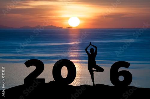 Poster Silhouette junge Frau spielen Yoga auf dem Meer und 2016 Jahre, während neue Jah