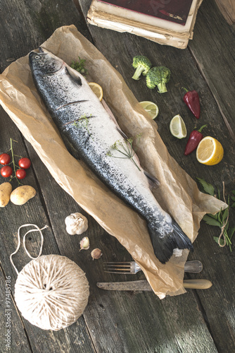 Canvastavla Preparing whole salmon fish for cooking