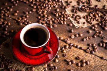 kawa czerwona filiżanka ziarna fototapeta